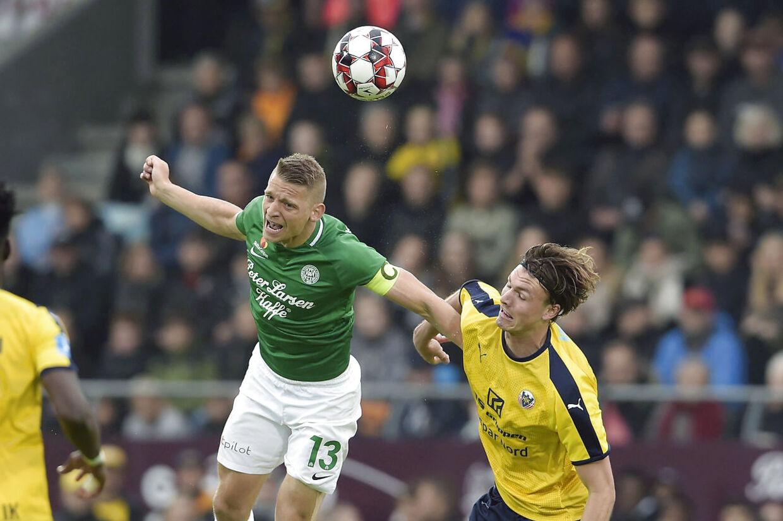 Viborg FF's Jeppe Grønning (nummer 13) i aktion i torsdag aftens Superliga-playoff-kamp mod Hobro IK.