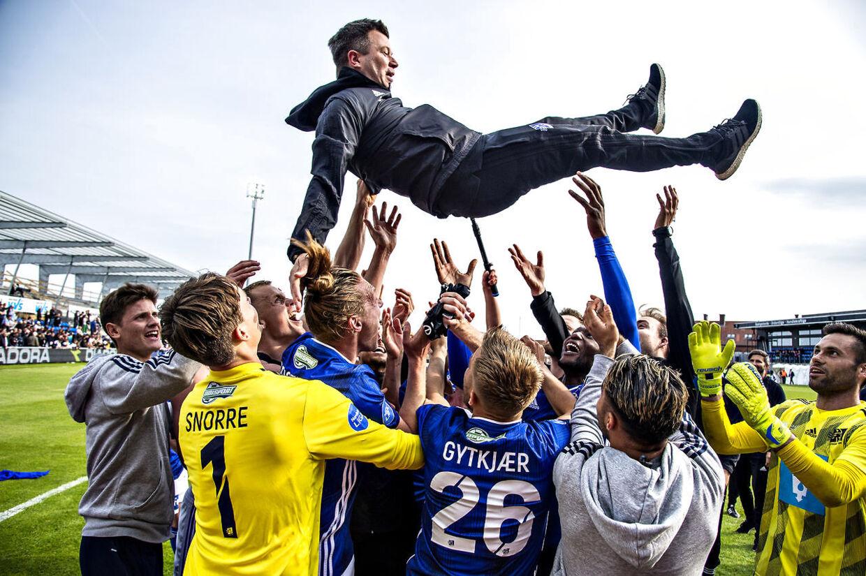 Lyngby BK's cheftræner Christian Nielsen får en lufttur efter sejren og oprykningen til Superligaen.