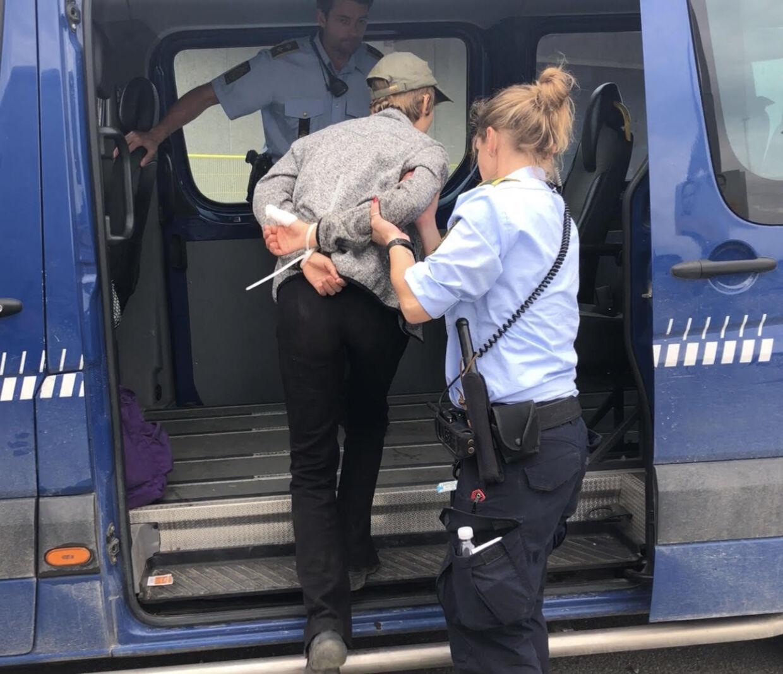 Aktivisterne var meget venlige over for betjentene, som da også kvitterede med et smil eller to.