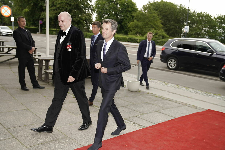 Kronrpins Frederik gik hurtigt forbi pressen.