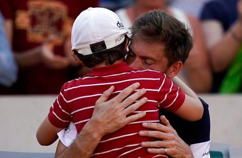 Den franske tennisspiller Nicolas Mahut blev trøstet af sin søn efter nederlag mod Leonardo Mayer ved French Open.