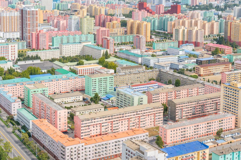»De farvestrålende boligblokke i den østlige del af Pyongyang var det, der først vakte min nysgerrighed. Kunne noget så deprimerende virkelig se så indbydende ud? Som de selv beskrev det 'vi har malet husene, så de ligner blomster'.«