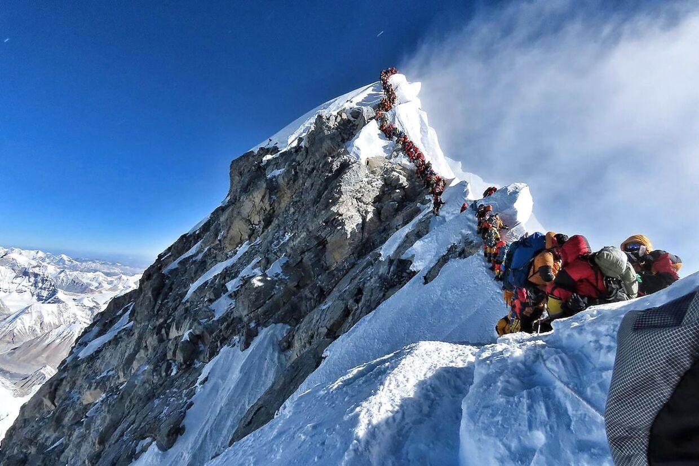 På dette foto taget den 22. maj i år ses de mange klatrere på vej mod toppen af Mount Everest.