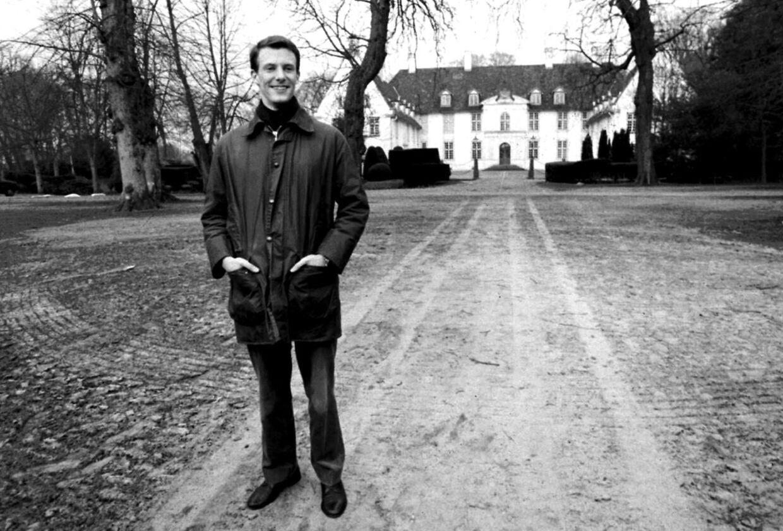 (ARKIV) Prins Joachim foran Schackenborg i Sønderjylland, den 30. november 1994, da han var bare 25 år gammel. Nu er han dobbelt så gammel og har revurderet sine ønsker til livet - og også til drømmen om Schackenborg.
