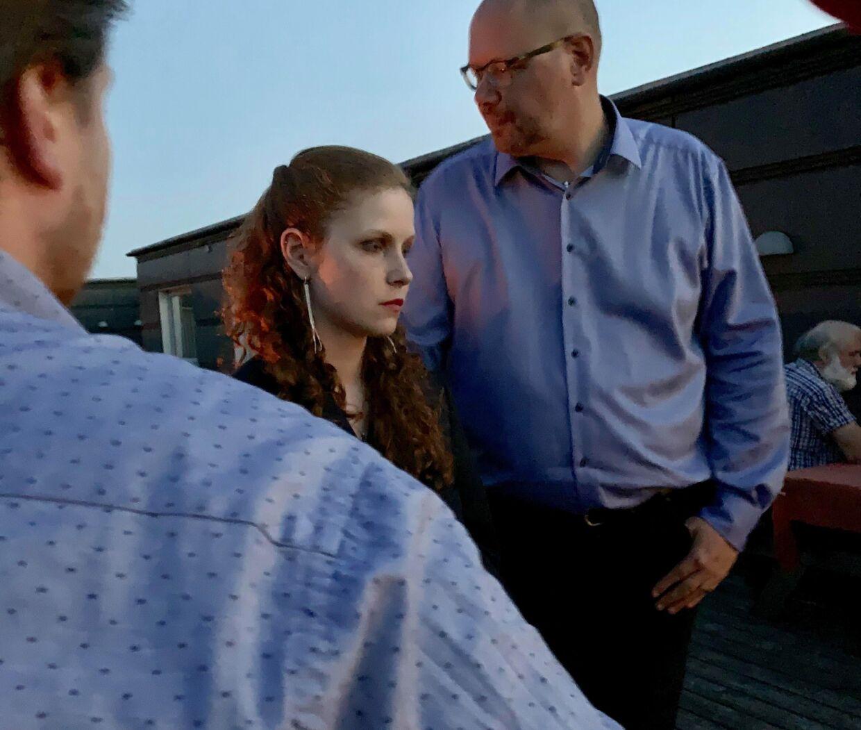 En skuffet Isabella Arendt til valgfest hos Kristendemokraterne. Bag hende står hendes far.