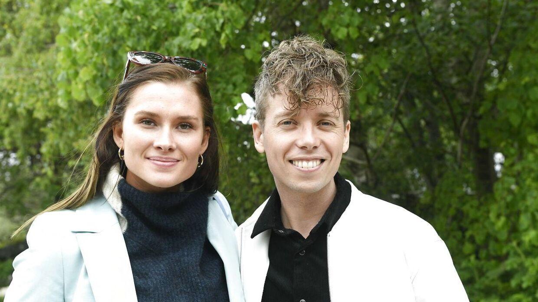 Her ses Mads Langer med sin forlovede Julie Lillelund ved musikeren Christophers bryllup.