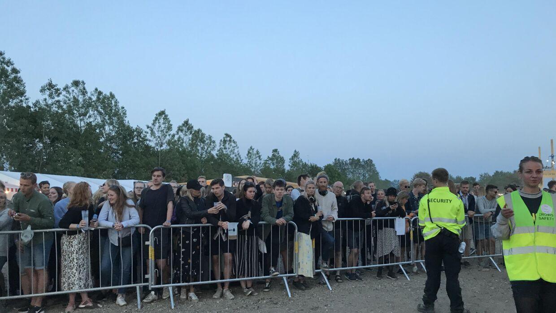 Adskillige festivalgængere måtte nøjes med at lytte til Saveus, da scenen blev lukket.