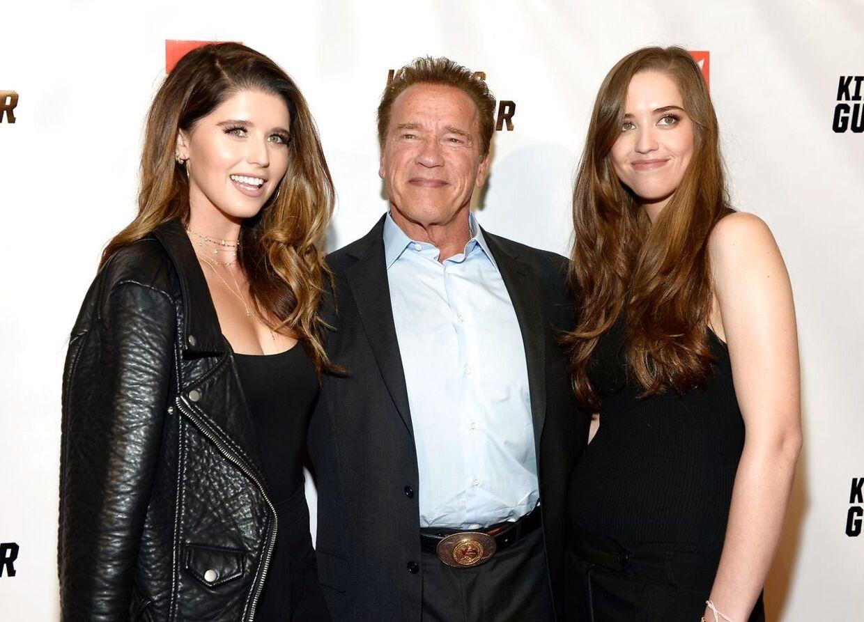 Katherine Schwarzenegger til venstre, Arnold Schwarzenegger i midten og søsteren Christina Schwarzenegger til højre.