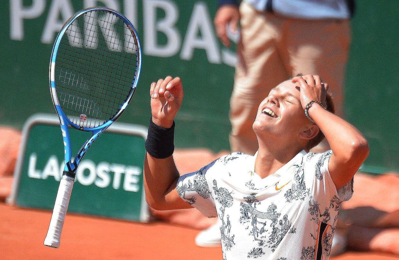 Holger Rune jubler efter at have vundet matchbolden i drengesinglefinalen ved French Open i Paris.