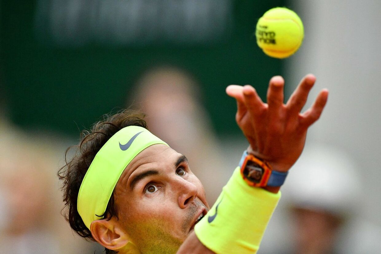 Rafael Nadal server i French Open-finalen mod Dominik Thiem.