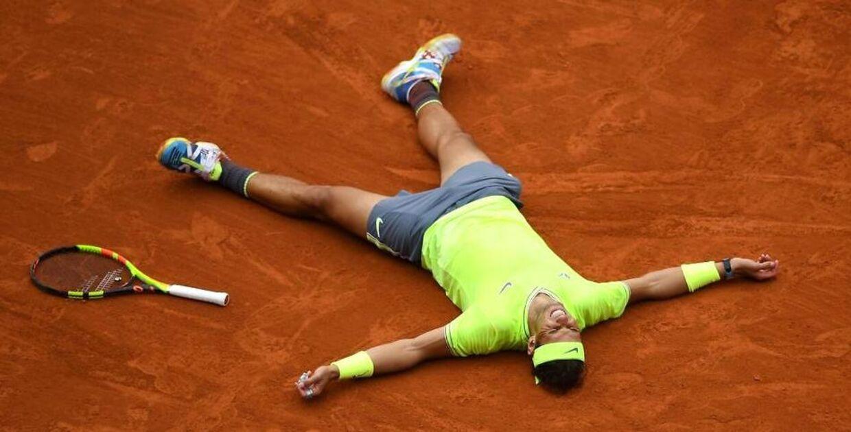 Rafael Nadal i momentet efter at have vundet matchbolden i French Open-finalen mod Dominik Thiem.