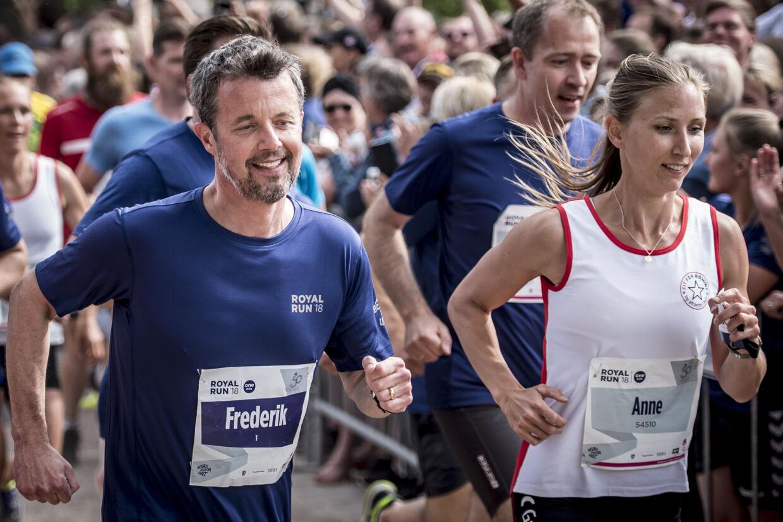 Kronprins Frederik sled sig igennem sidste års Royal Run trods rygproblemer. I år er han ramt af en mindre diskusprolaps, og det sætter begrænsninger for kronprinsens deltagelse i årets løb. (Arkivfoto). Mads Claus Rasmussen/Ritzau Scanpix