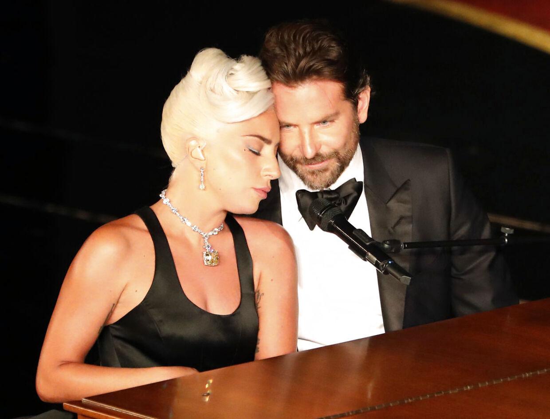 Gaga og Bradleys intime Oscar-optræden satte gang i romance-rygter.