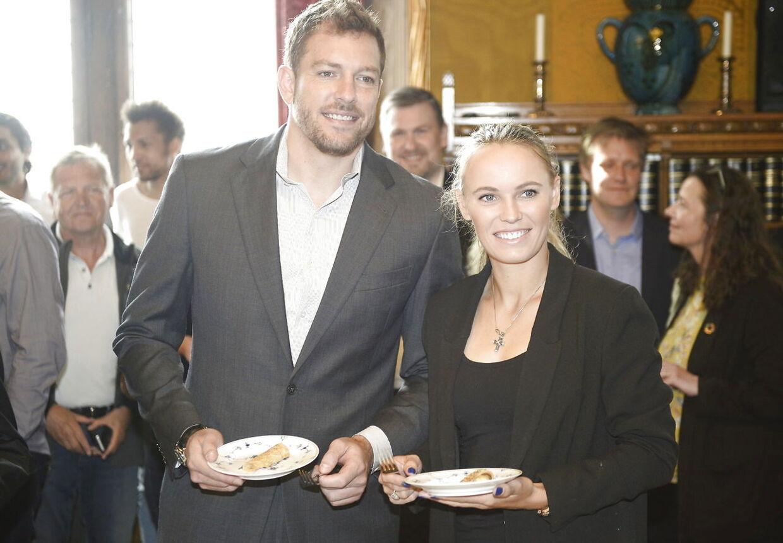 David Lee og Caroline Wozniacki smagte de berømte rådhuspandekager ved et arrangement på Københavns Rådhus 30. april 2018.