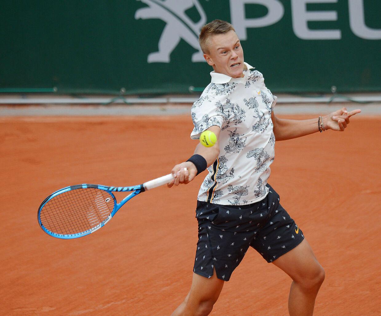 Holger Rune i aktion i drengesinglefinalen ved French Open.