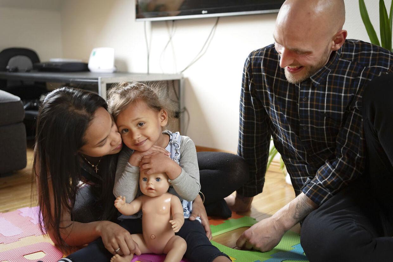 Frederik Klokkerholm, Renee Klokkerholm og deres datter Cataleya Klokkerholm skal forladte Danmark på grund af en fodfejl i forhold til Renees danskprøve. Til BTSOLO