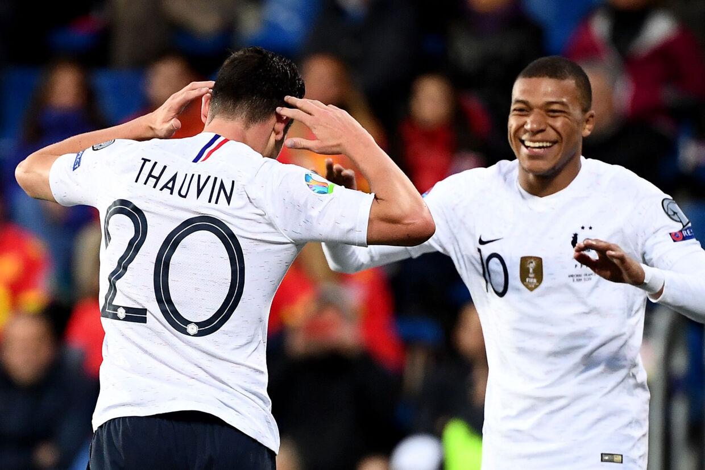 Både Florian Thauvin (tv.) og Kylian Mbappe scorede for Frankrig, da holdet tirsdag tog en pligtsejr over Andorra i EM-kvalifikationen. Franck Fife/Ritzau Scanpix