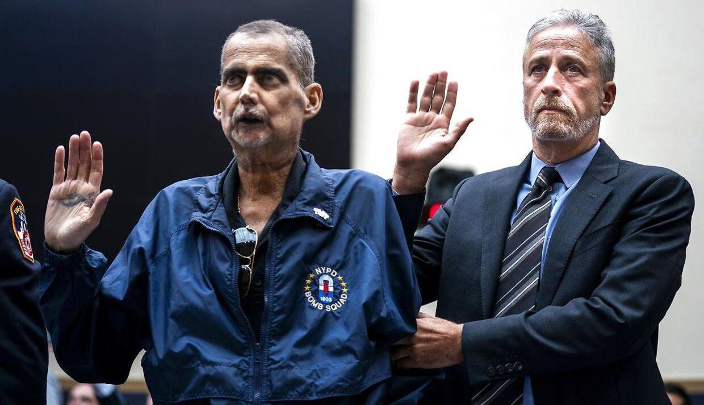 Her ses Jon Stewart med Louis Alvarez. Alvarez er i kemobehandling, da han er syg på grund af sit arbejde ved Ground Zero efter de to Tvillingetårne faldt.