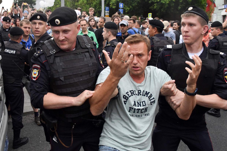 Oppositionsleder Aleksej Navalnyj bliver her tilbageholdt af russisk politi ved en demonstration i Moskva. Vasily Maximov/Ritzau Scanpix
