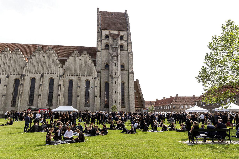 Efter bisættelsen sad mange af de fremmødte på plænen ved siden af kirken for at mindes cykelrytteren.