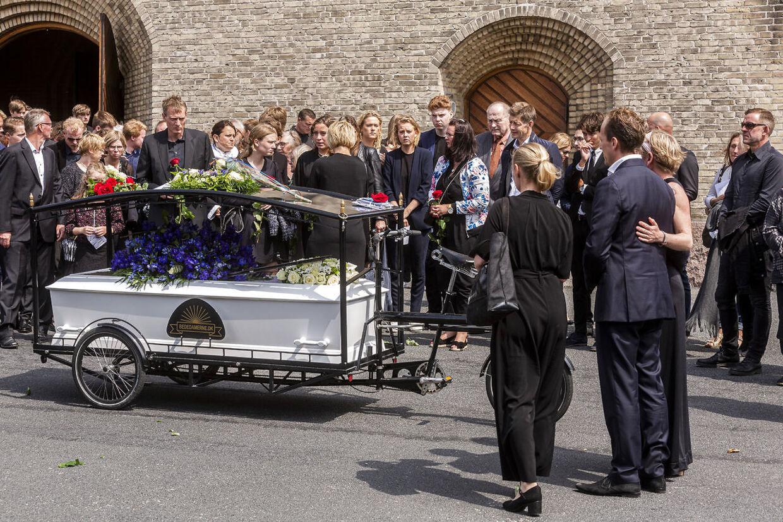 Kisten blev meget symbolsk placeret på en cykel, inden de omkring 600 fremmødte sang en fællesssang til ære for Andreas Byskov Sarbo.