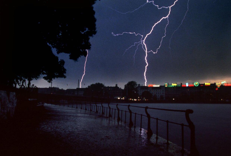DMI registrerede onsdag cirka 1800 lynnedslag over land. En 58-årig mand behandles torsdag for sine skader efter at være blevet ramt af et lyn. (Arkivfoto) Jakob Dall/Ritzau Scanpix