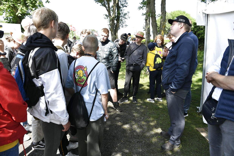Især unge drenge vil gerne tale med Rasmus Paludan ved Folkemødet i Allinge på Bornholm.