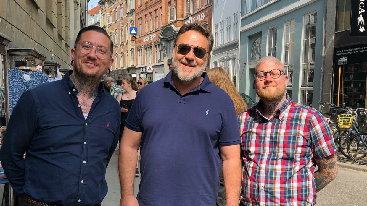 Russell Crowe sammen med Morten Spangsvig (tv.) og Jonas Hausted Peitersen (th.)