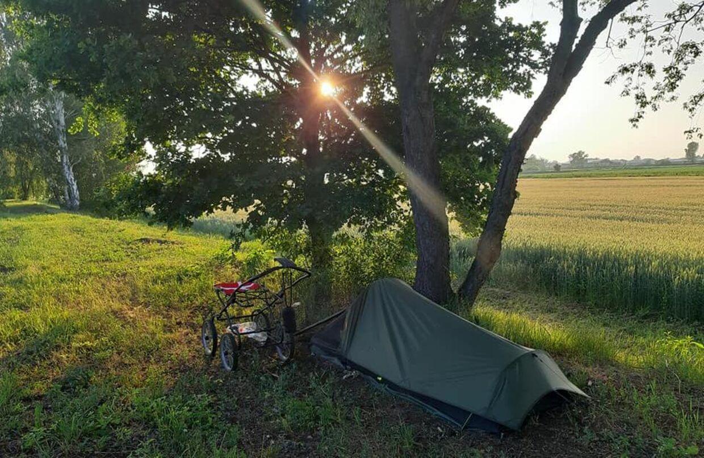 Patrick Cakirli går lige nu gennem Europa. Her har han sat teltet op i Tyskland.