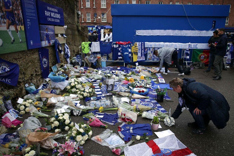 Ray Wilkins mindes ved Chelsea-hjemmebanen Stamford Bridge.