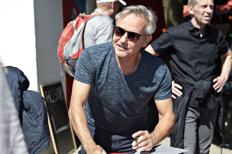 Forfatter Jens Andersen signerede flittigt bøger efter sin snak om Kim Larsen under Folkemødet på Bornholm.