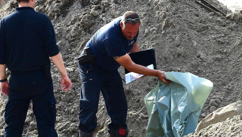 Her ses en tysk bombe-ekspert, der undersøger fundet.