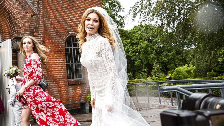 Dagens hovedperson, bruden Laura von Lindholm, Bruden ankommer iført en blondekjole, som hendes veninde har syet.