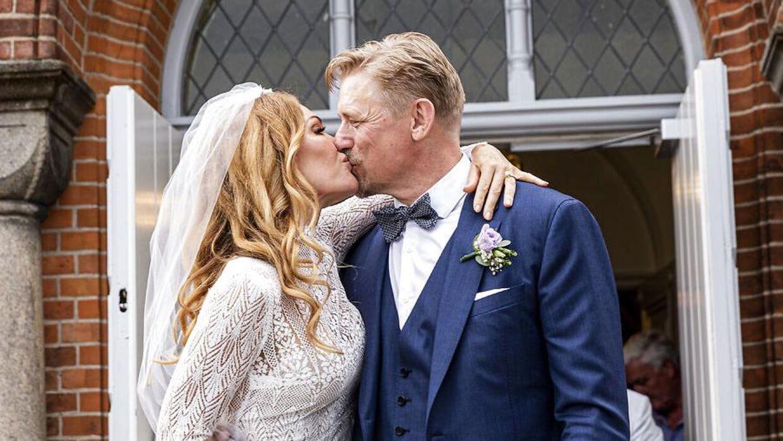Peter Schmeichel og Laura von Lindholm sagde lørdag 'ja' til hinanden i Egebæksvang Kirke i Espergærde. (Foto: Uffe Weng)