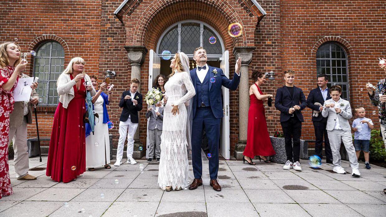 Ingen ris gik til spilde, da parret kom ud fra kirken. I stedet pustede gæsterne nemlig bobler mod det nygifte par. (Foto: Uffe Weng)