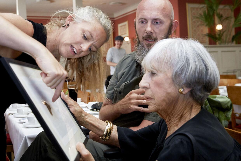 Lise Nørgaard modtager et billede af en paradisfugl i gave fra Helle og Uri.»Fuglen har mistet noget af sin hale. Det viser, at hvis vi ikke passer på paradiset, kan vi se, hvad vi står til at miste,« siger Helle.
