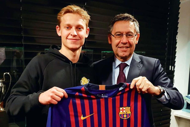 FC Barcelona-præsident Josep Maria Bartomeu præsenterer Frenkie de Jong.
