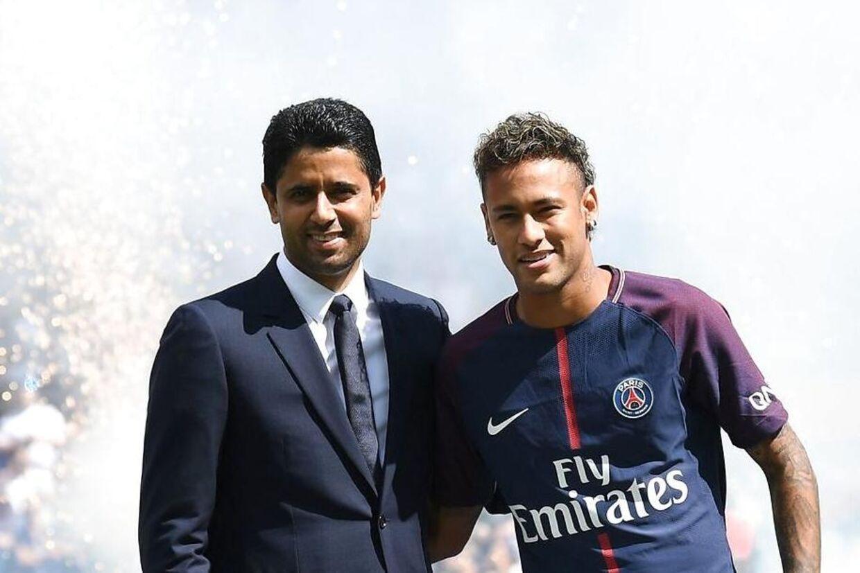 PSG's rige sugardaddy, Nasser Al-Khelaifi, præsenterer Neymar i 2017.