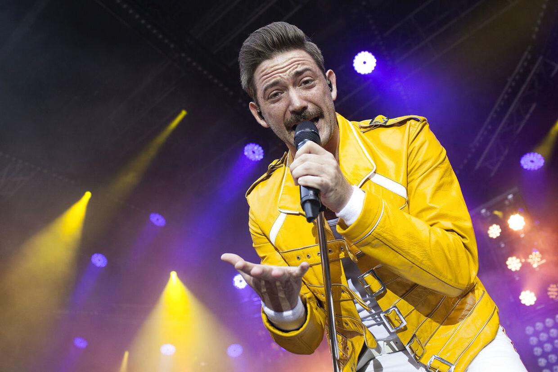Queen Machine er et dansk kopiband af bandet Queen, og bandet skal fyre op for en fest for alle Danfoss' ansatte. Her ses sanger Bjarke Baisner Laursen.