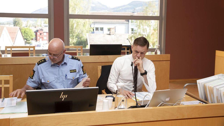 Statsadvokat Jo Christian Jordet (t.h) og politibetjent Brede Holdbekken under mandagens retssag mod den 17-årige unge mand.