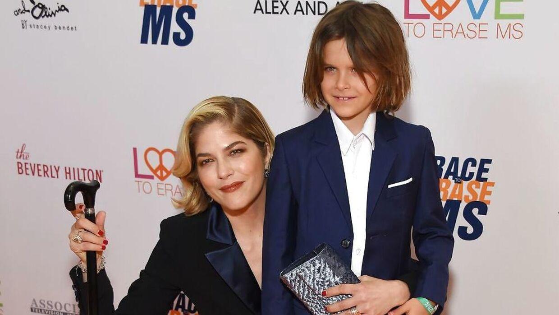 Skuespillerinde Selma Blair og sønnen Arthur Saint Bleick til et event på Beverly Hilton Hotel i maj.