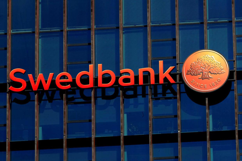 Som direkte konsekvens af en sag om formodet hvidvask er to af Swedbanks direktører blevet suspenderet.