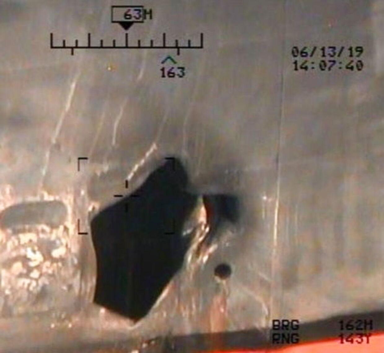 På skroget af det japanske tankskib Kokuka Courageous ses de skader, som skibet fik under angrebet torsdag. Billederne blev offentliggjort af Pentagon mandag.