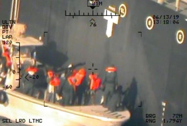 Billedet, som Pentagon offentliggjorde i sidste uge, viser ifølge amerikanerne iranere i færd med at fjerne en udetoneret mine fra et af tankskibene. Amerikanerne mener, at iranerne på den måde forsøgte at fjerne beviser på angrebet.