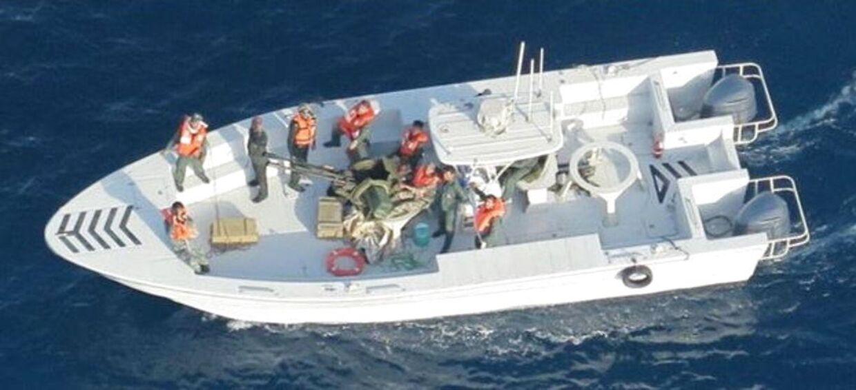 Det amerikanske forsvarsministerium Pentagon offentliggjorde mandag dette billede, som ifølge amerikanerne viser medlemmer af Irans revolutionsgarde efter, at de har fjernet en mine fra et af tankskibene.