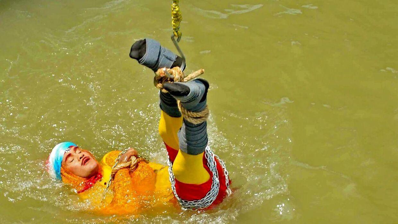 Chanchal Lahiri bliver sænket ned i vandet. Han kom aldrig op igen.