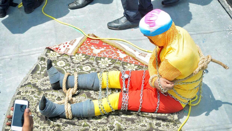 Chanchal Lahiri sidder på båden og gør klar til at udføre sit trick søndag den 16. juni. Han druknede kort efter.