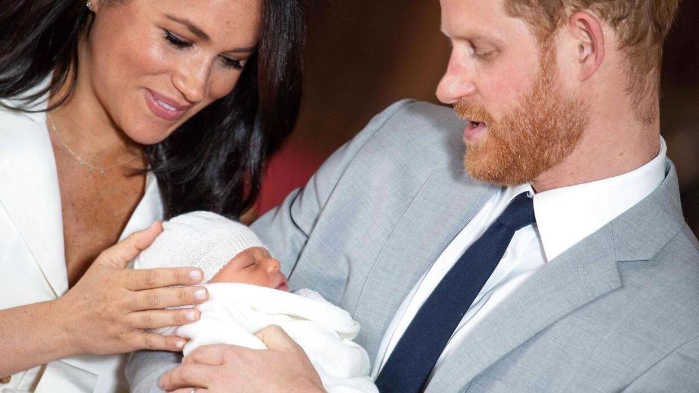 Meghan og Harry med deres lille nyfødte søn. I juli skal han døbes.