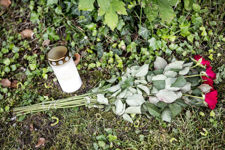 Der er lagt en blomst og tændt et lys for den afdøde 80-årige mand i Vemmelev ved Slagelse.