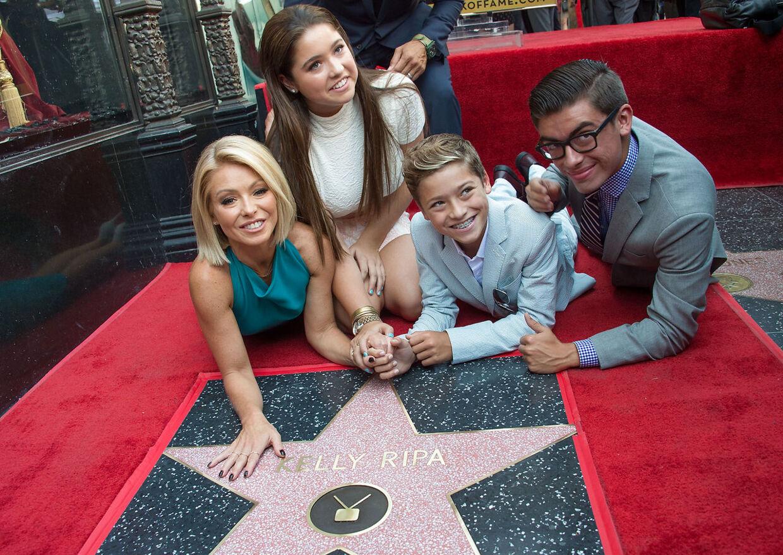 Kelly Ripamed hendes børn Lola Grace Consuelos, Joaquin Antonio Consuelos og Michael Joseph Consuelos, da Ripa fik en af de berømte stjerner på Hollywood Walk of Fame i Los Angeles i 2015. AFP PHOTO /VALERIE MACON . VALERIE MACON / AFP
